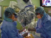 写真:頚部脊柱管狭窄症における後方減圧術の様子